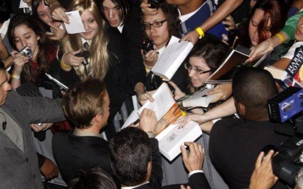 Ator Tom Felton autografando pedidos dos fãs no Brasil (Imagem: Reprodução)