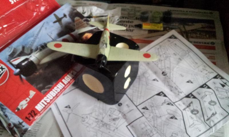 Blueprint e Caixa do modelo Airfix (Foto: Rafael Junqueira / Mundo Pauta)
