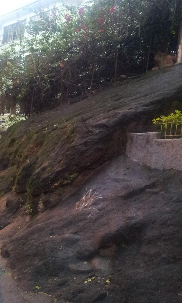 Rochedo do morro da Babilônia na residência da Rua Deputado Soares Filho (Foto: Rafael Junqueira/ Mundo Pauta)