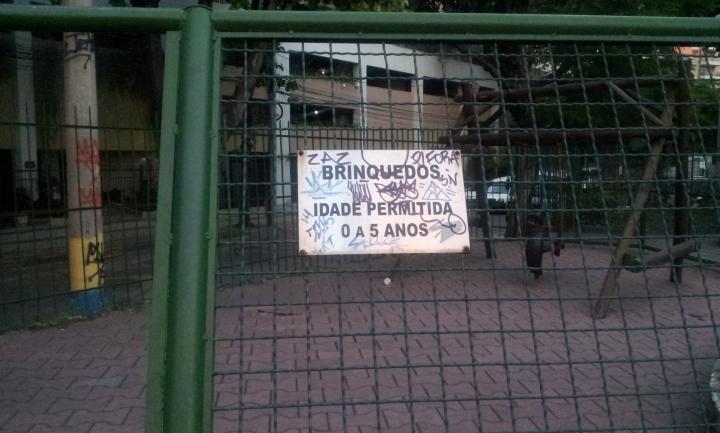 Placa e grade caindo na Praça Luis La Saigne - Tijuca (Foto: Rafael Junqueira /Mundo Pauta)