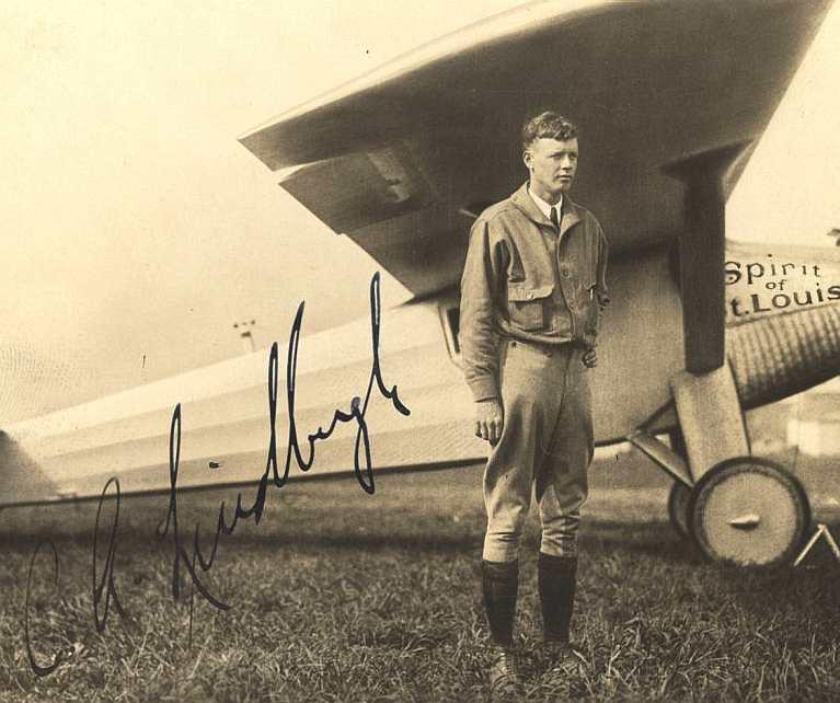 Capitão Charles Lindbergh juntamente da N-X-211 (Foto: Reprodução)