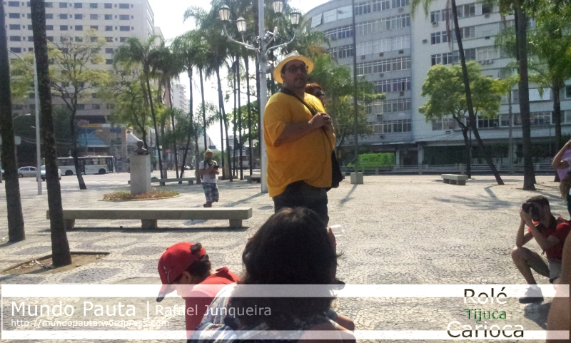 Grupo acampado enquanto escuta a história da Tijuca na Praça Lamartine Babo (Foto: Rafael Junqueira / Mundo Pauta)
