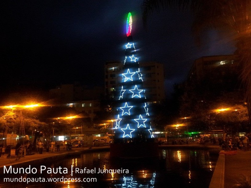 Árvore de Natal na Praça Saens Pena (Foto: Rafael Junqueira / Mundo Pauta)